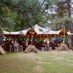 Veilig teambuilding buiten in een tent bij Mennerode Gelderland